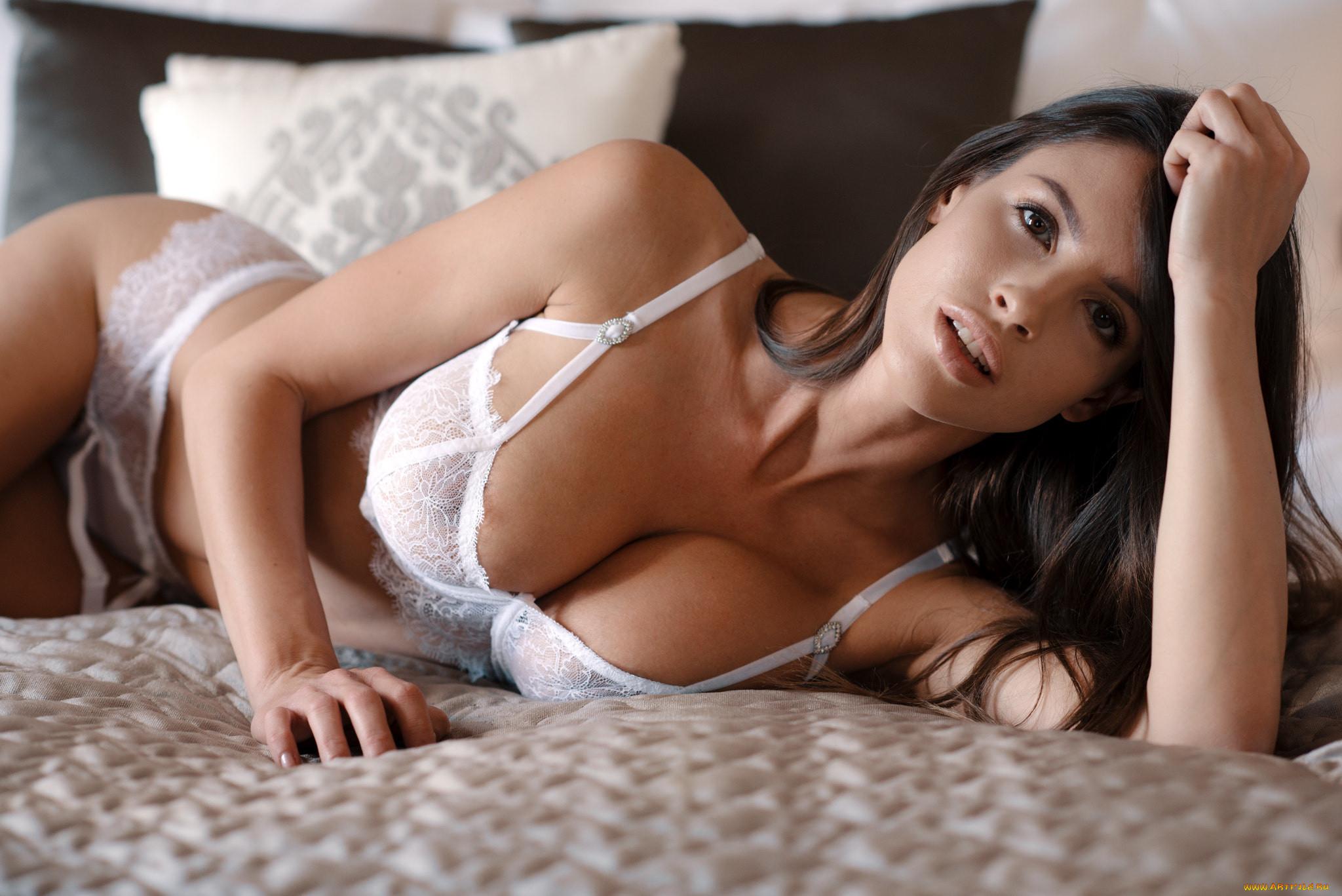Девушки с большой грудью лежат считаю